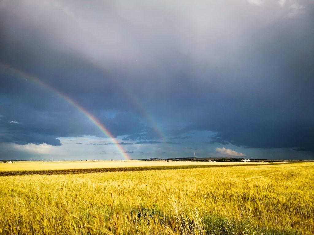 altopiano delle Murge, steppa con nuvoloni e due arcobaleni