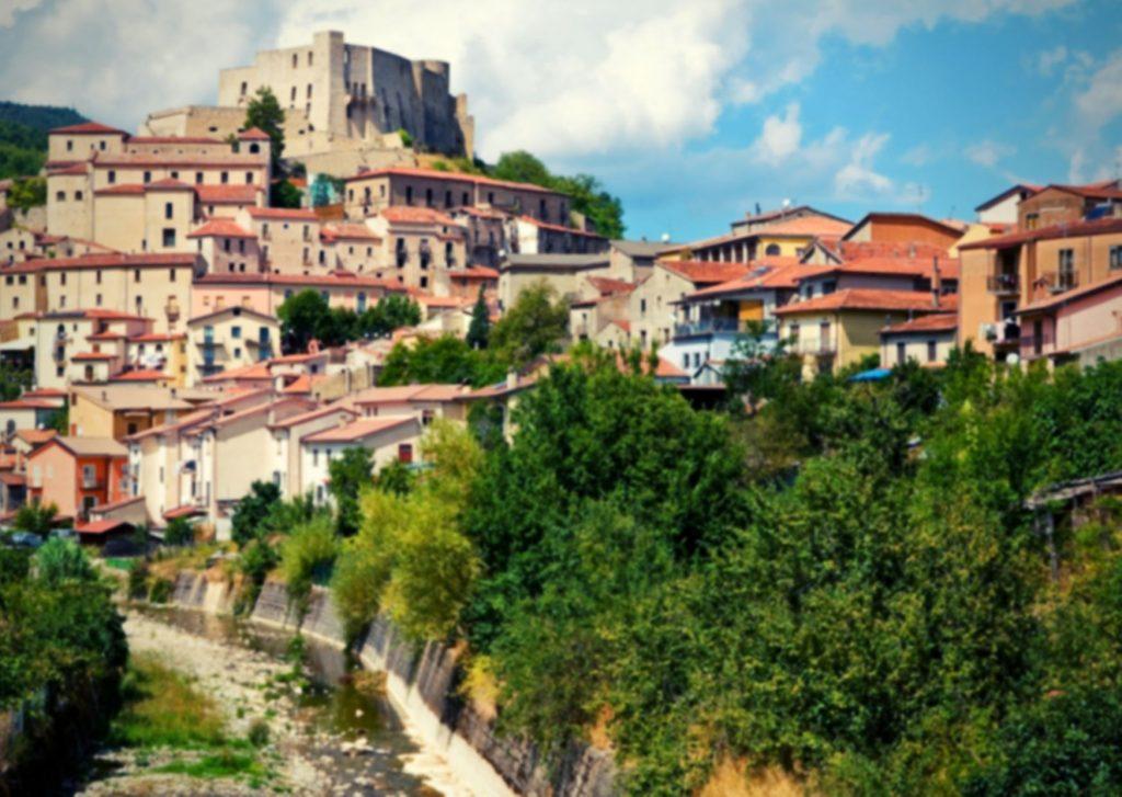 6 parchi letterari in Basilicata: scorcio della città di Brienza con castello e case a grappolo