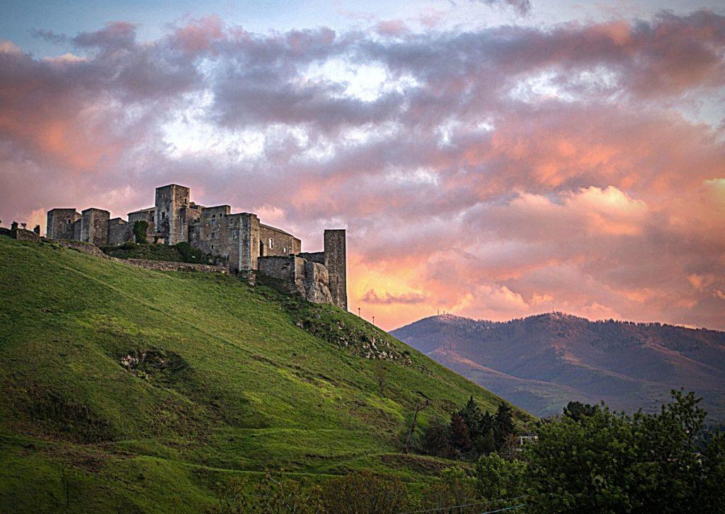 6 parchi letterari in Basilicata: il castello di Melfi, residenza estiva di Federico II, in cima alla collina