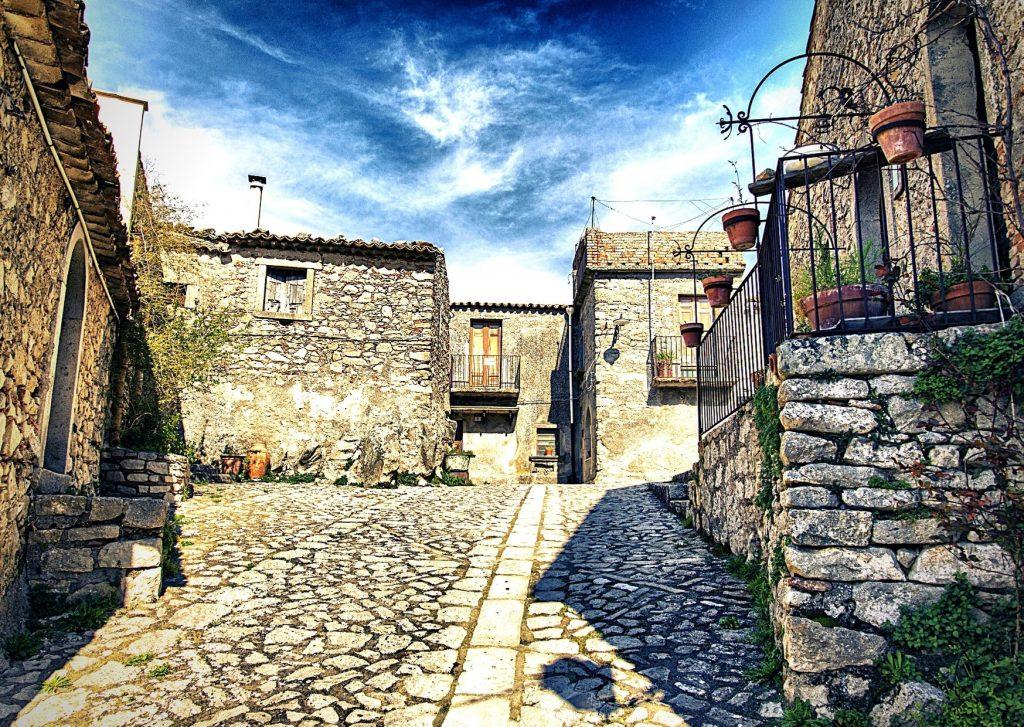 6 parchi letterari in Basilicata: vicoli lastricati di Montalbano Jonico con antiche case di pietra