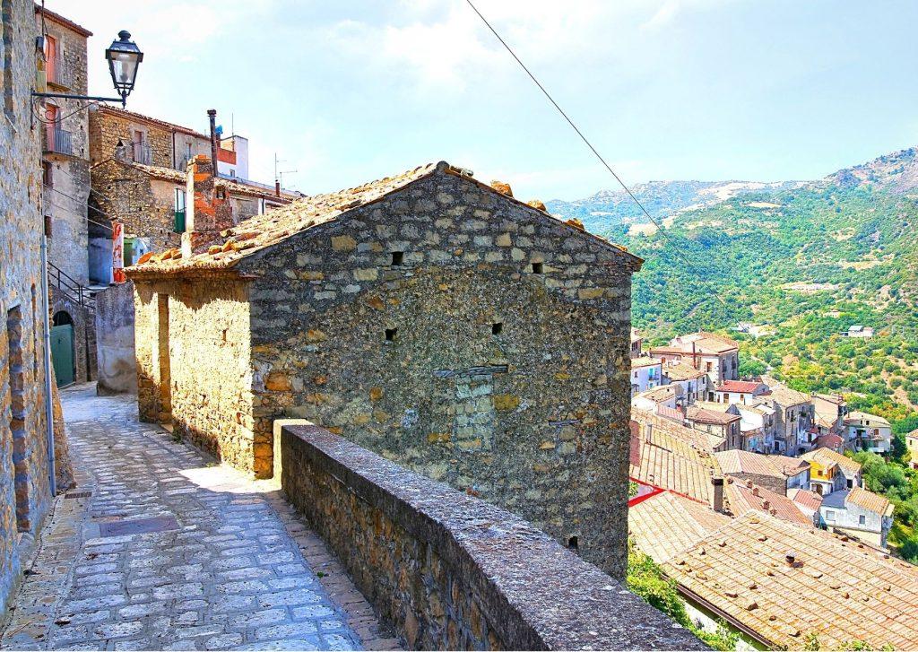 6 parchi letterari in Basilicata: vicolo panoramico con lampione e basolato di Valsinni