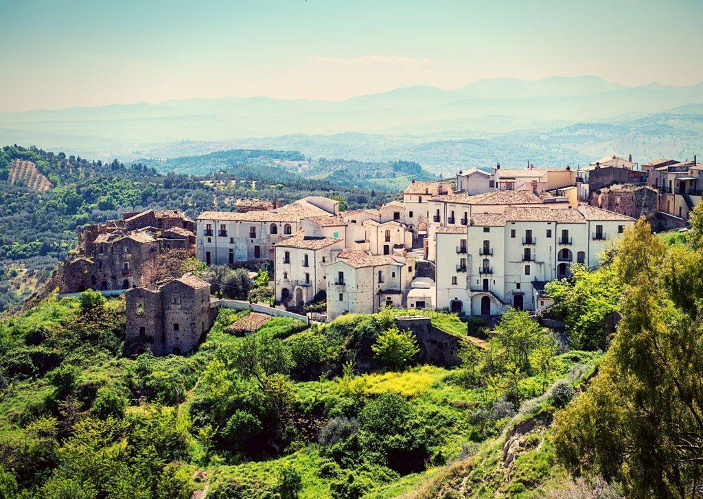 6 parchi letterari in Basilicata: panorama con case bianche di Aliano