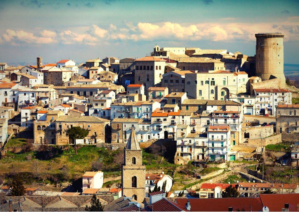 Veduta di Tricarico, paese di Rocco Scotellaro, con case dai tetti spioventi e castello