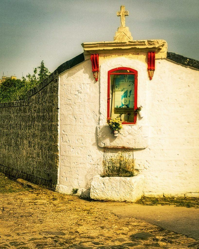Edicole sacre: una madonnina nella teca lungo una strada di campagna. A Gravina in Puglia sull'Appia