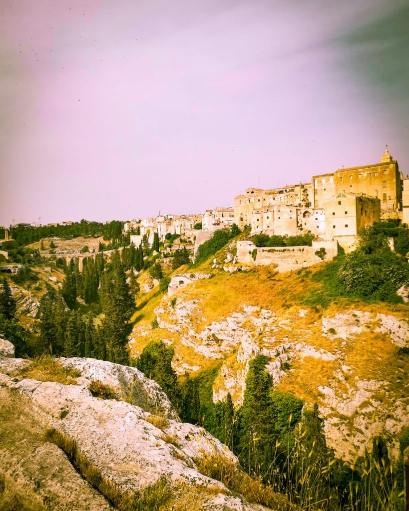 Il burrone della gravina a Gravina in Puglia. veduta della città sulla roccia