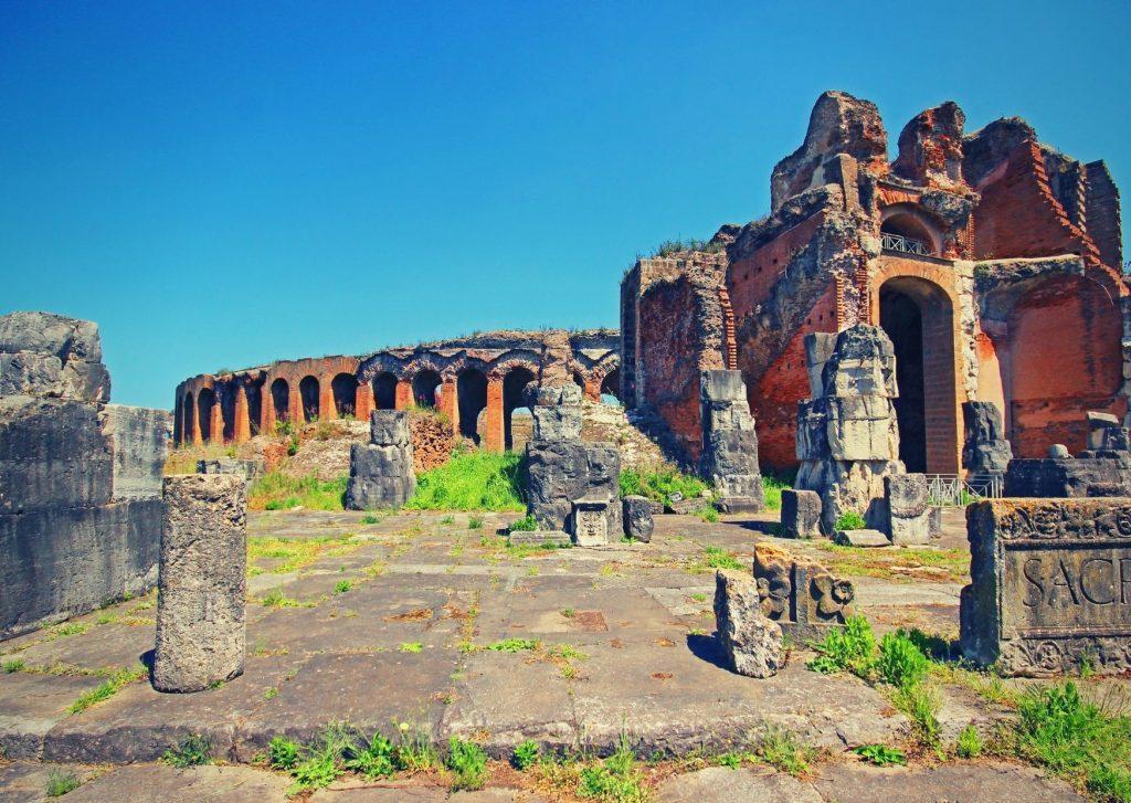 Appia di Paolo Rumiz: anfiteatro di Capua Vetere, resti di colonnato e archi
