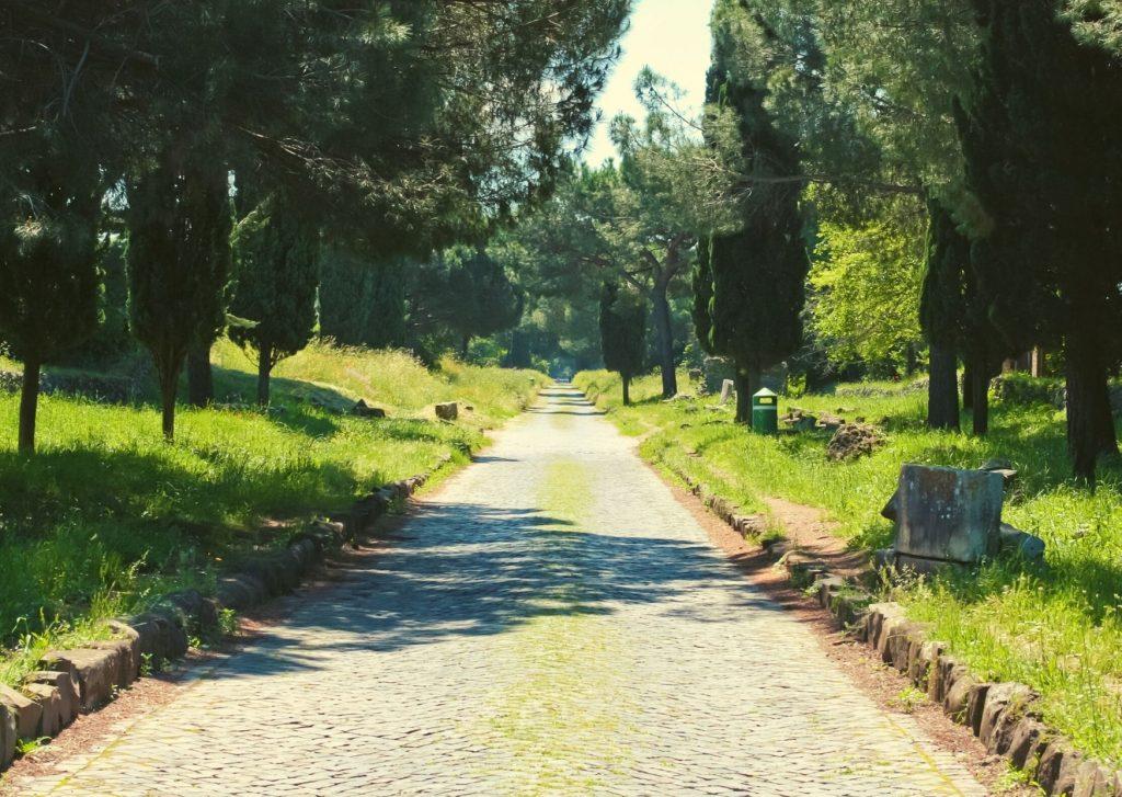 Appia antica con stele funerarie e cippi ai lati del basolato