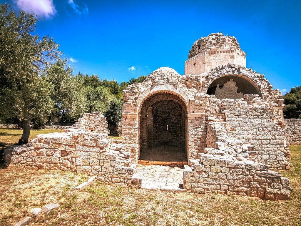 chiesetta medievale in parte crollata di San Felice fra alberi di ulivo a Balsignano
