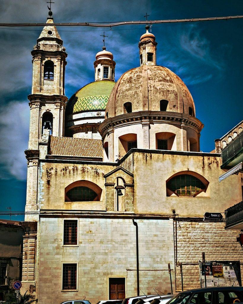 cupola maiolicata e retro della cattedrale di Bitetto