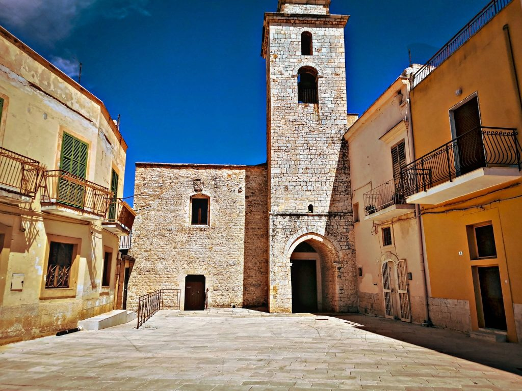chiesa medievale di Santa Maria la Veterana con campanile scabro