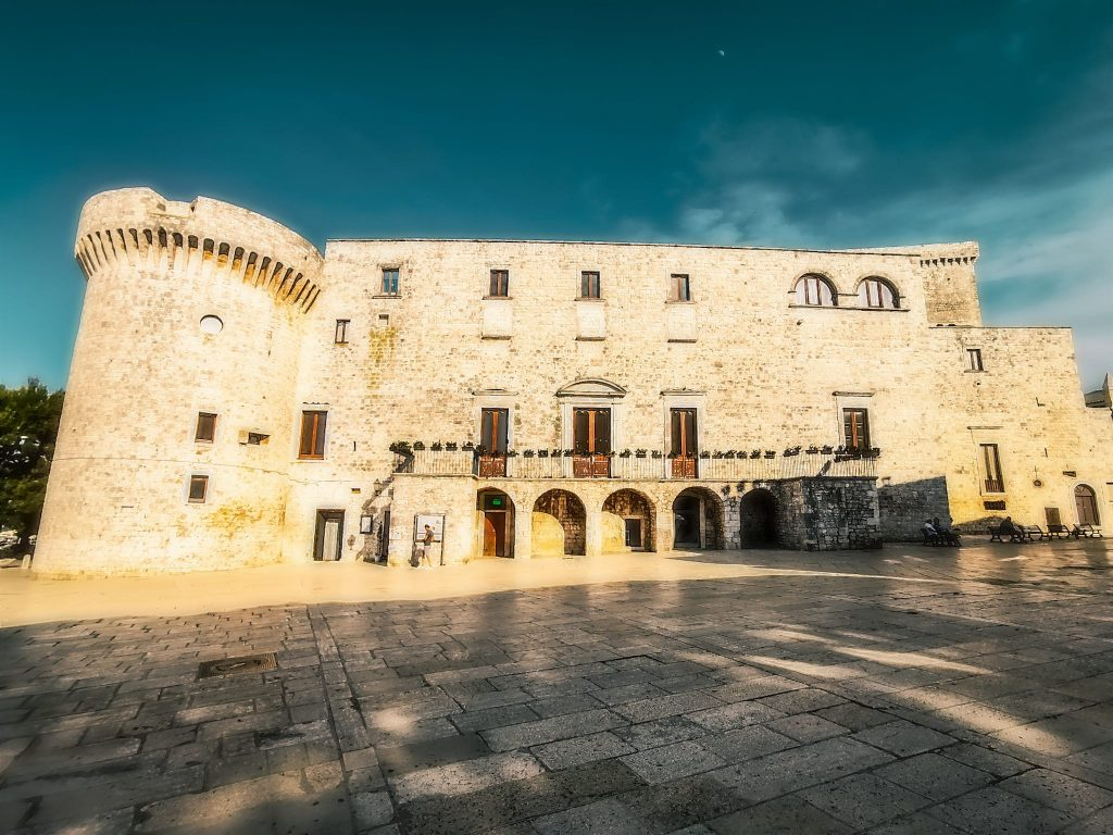 Castello di Conversano nella luce di un pomeriggio estivo