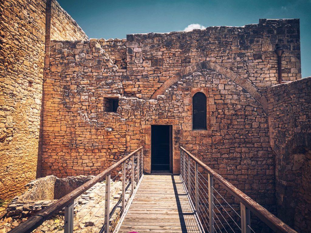 castello di Balsignano con muratura, finestre, porticina e passerella