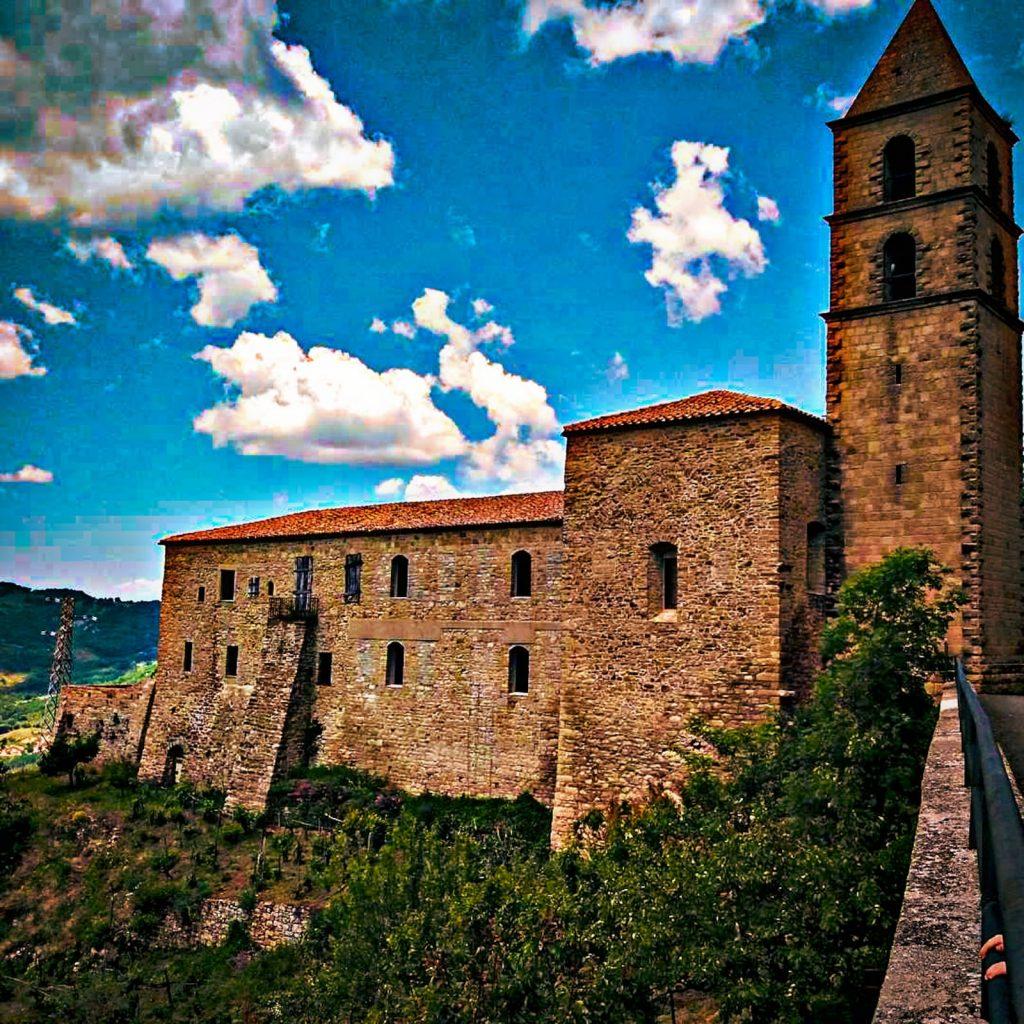 convento con campanile sulle pendici della montagna. A Pietrapertosa