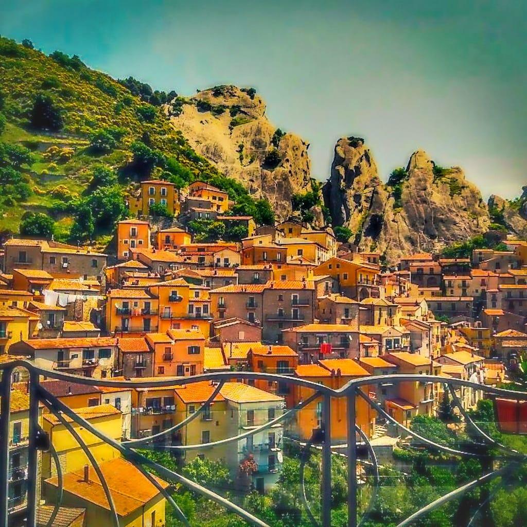 terrazza di castelmezzano con panorama di case lungo le pendici della montagna