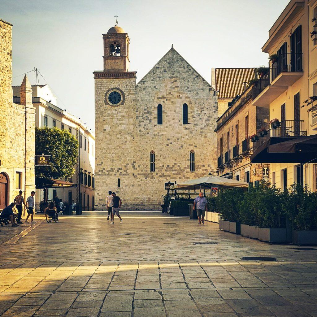 Centro storico di Conversano con vista del campanile della Cattedrale romanica