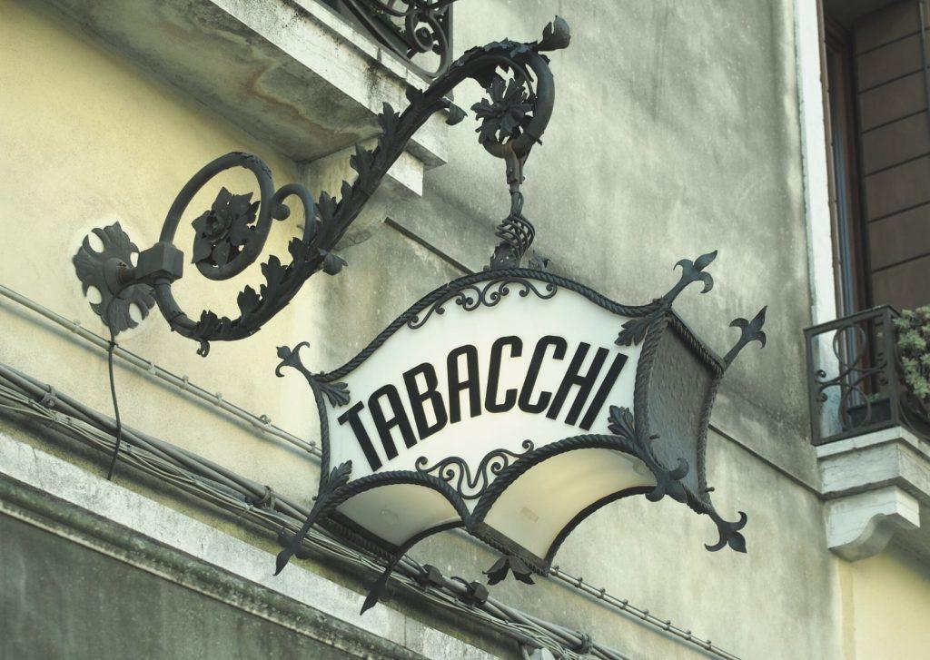 Amarcord: insegna di tabaccheria vintage in ferro battuto