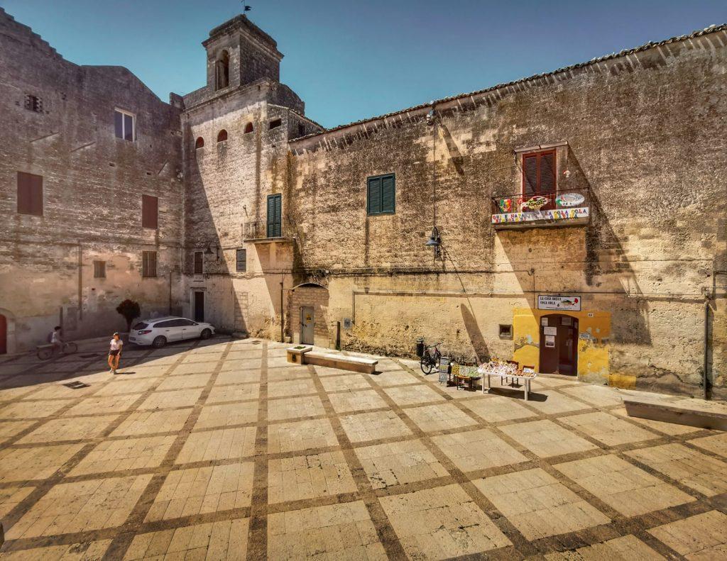 Casa Museo della Cola Cola: monastero, sagrato, ingresso, al museo e banchetto con fischietti di terracotta