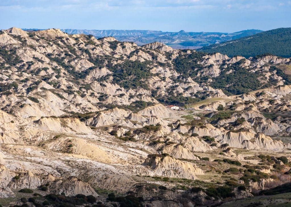 Calanchi: deserto di bianche argille ondulate