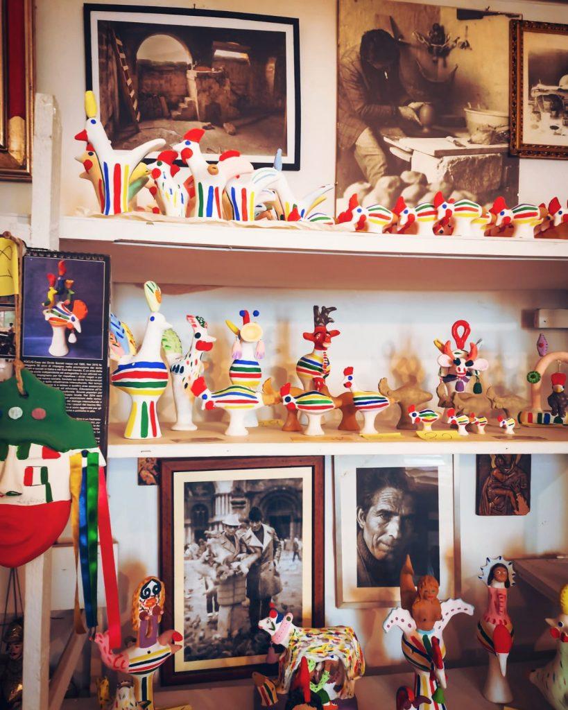 Casa Museo della Cola Cola: scaffali con fischietti di terracotta colorati a forma di animali