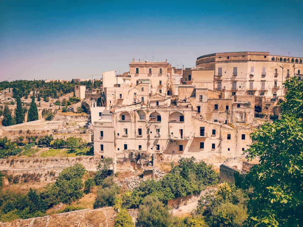 Casa Museo della Cola Cola: panorama sulla gravina con antiche case costruite sul costone di roccia