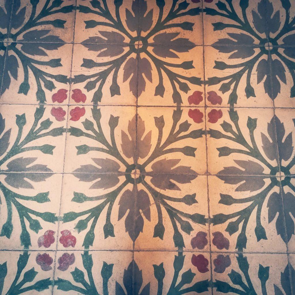 Casa Museo della Cola Cola: piastrelle di pavimento tradizionale in ceramica fiorita