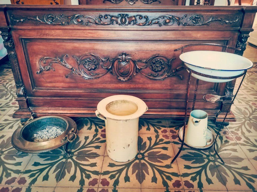 Casa Museo della Cola Cola: oggetti antichi per toilettes. Braciere, pitale, bacinella e brocca in ceramica