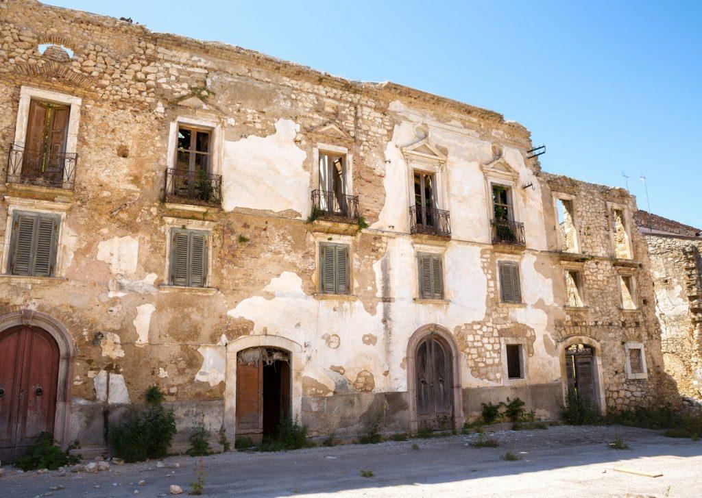 Fontamara: analisi. Pescina dei Marsi con antico palazzo abbandonato