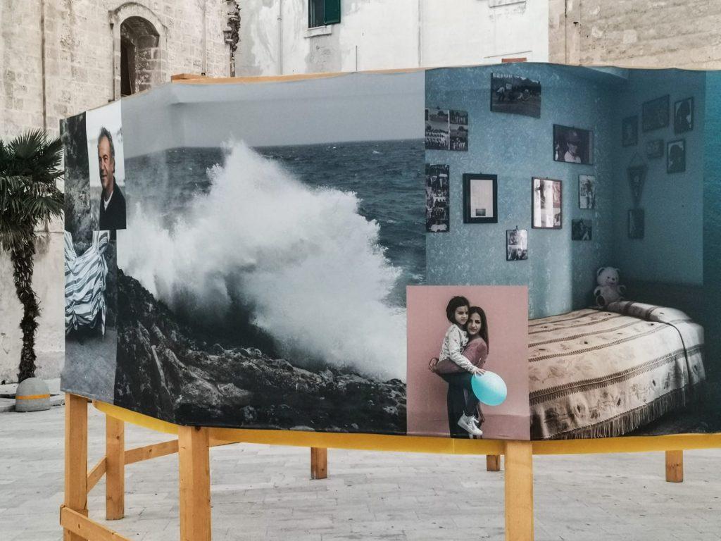 PhEst 2020: dettaglio della mostra dedicata a Ustica. Scoglio con onda che s'infrange. Bambine. Camera da letto