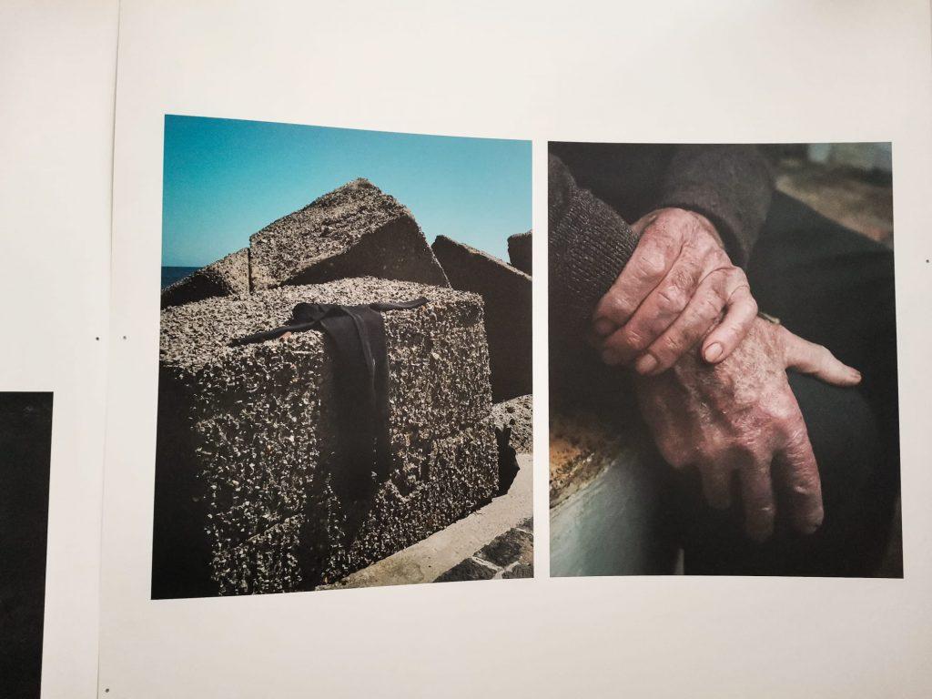 Phest 2020: dettaglio di due foto. Blocchi di pietra con drappo nero e mani di anziano