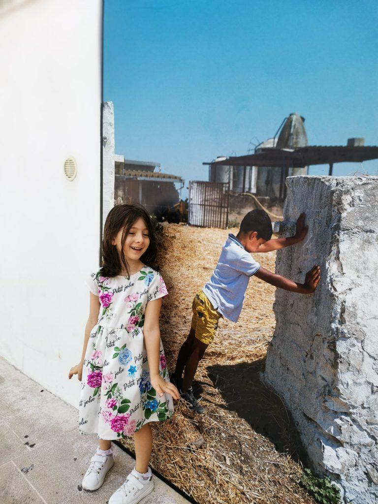 PhEst 2020: foto in esposizione lungo il perimetro del porto e bambina che posa davanti alla foto