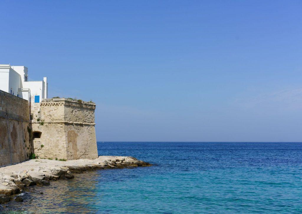 Phest 2020: Cala Porta Vecchia con particolare delle mura affacciate sul mare