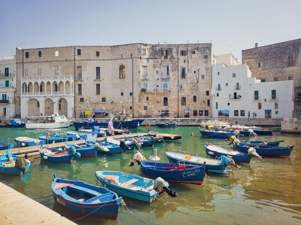 PhEst 2020: il porto vecchio con le barche e le fotografie giganti sulle mura degli edifici circostanti