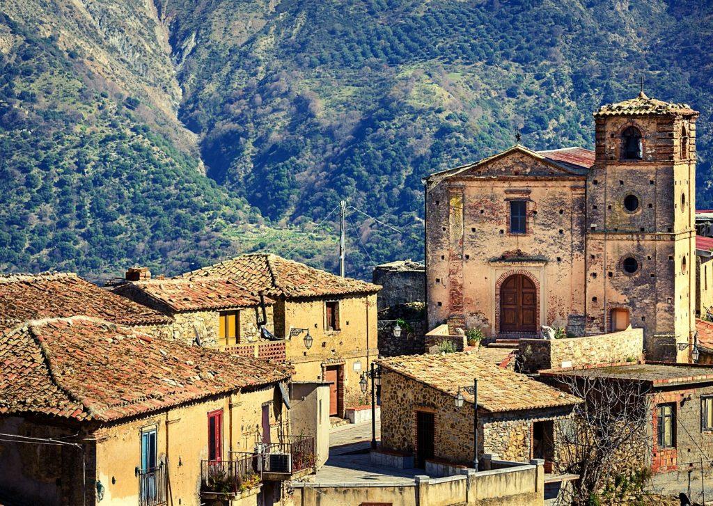 Aspromonte: frazione di Gallicianò (RC) con chiesa, vecchie casupole e vallata circostante