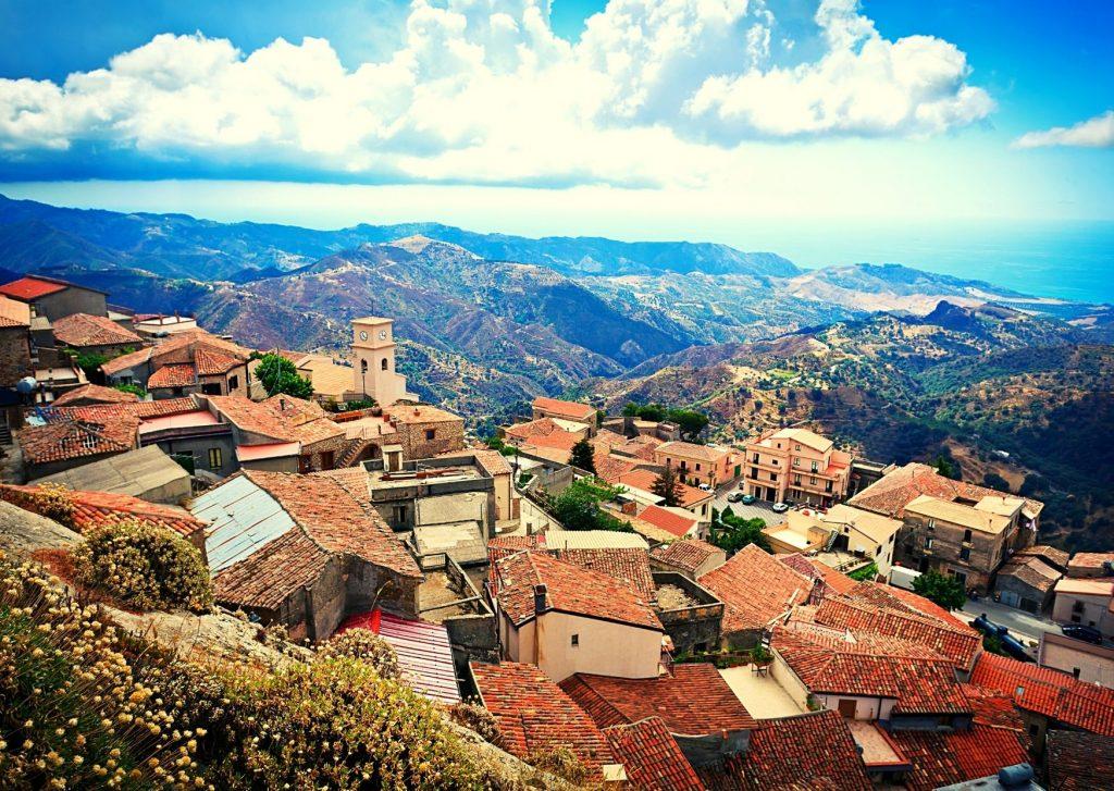 Aspromonte: borgo di Bova(RC). Panorama dall'alto con case e tetti spioventi fra le montagne circostanti.