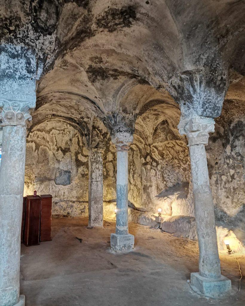 Chiesa dello Spirito Santo: colonne e archi nella roccia