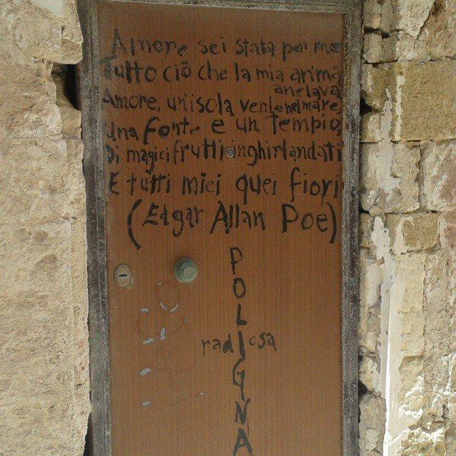 Polignano: vecchia porta con parole d'amore dipinte