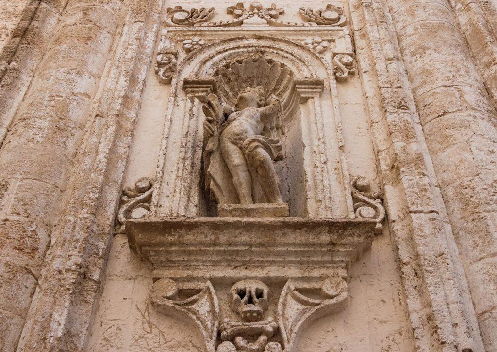 Monopoli segreta: dettaglio con teschio dalla facciata della chiesa del Purgatorio