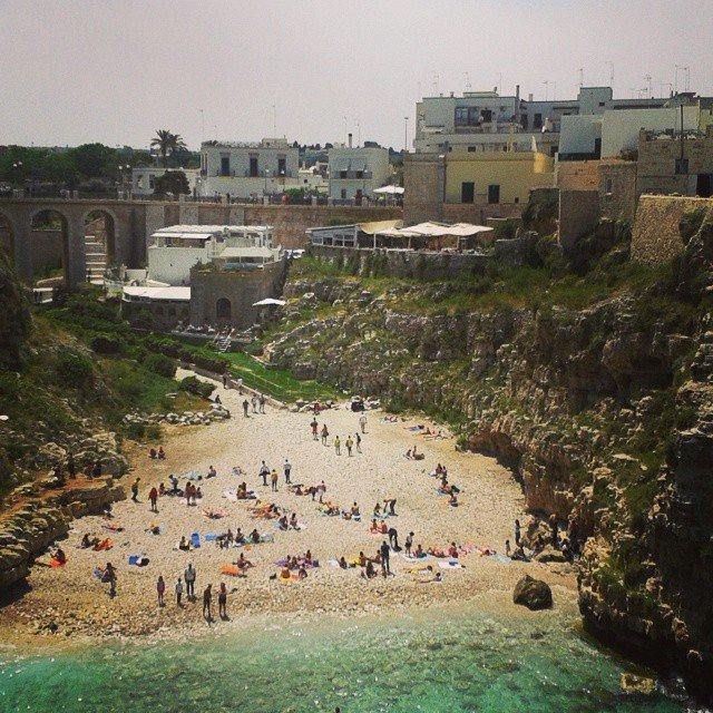 Polignano: spiaggetta nella cala al centro di paese