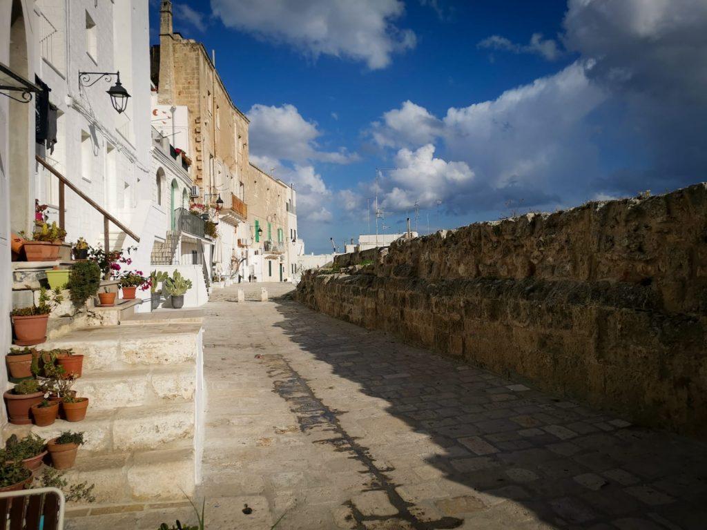 Topofilia: strada lungo un'antica muraglia. Luogo del cuore.