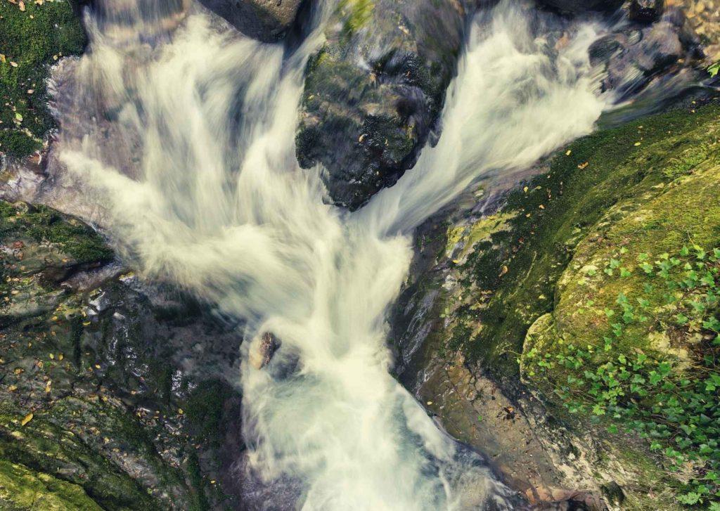 Abruzzo: torrente impetuoso visto dall'alto