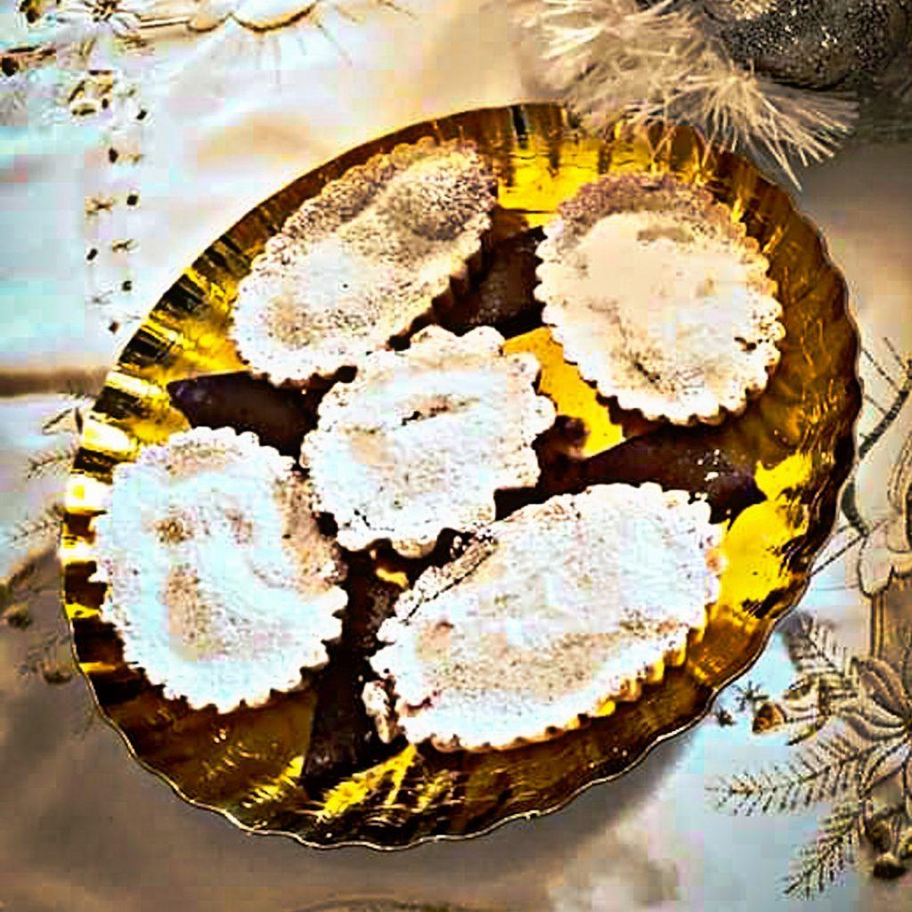 Bocconotti pronti con zucchero a velo su vassoio natalizio