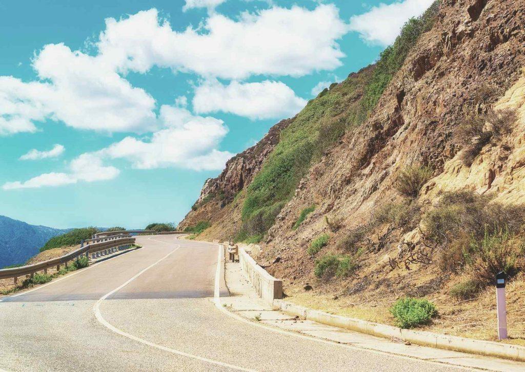 Strada di collina del Campidano con vegetazione brulla sulle pendici del rilievo