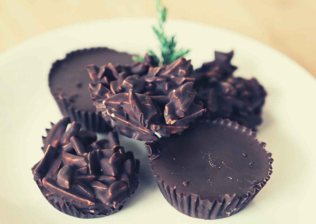 mandorle ricoperte di cioccolato fondente