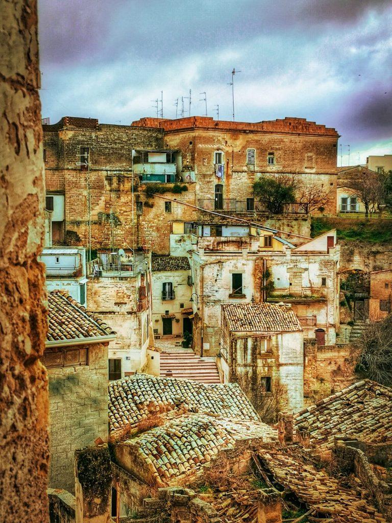 Gravina in Puglia: panorama di antiche case di tufo in quartiere semi-abbandonato