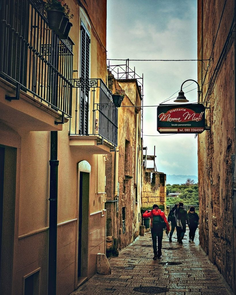 5 ristoranti di Gravina in Puglia: antica strada con insegna del ristorante Mamma mia