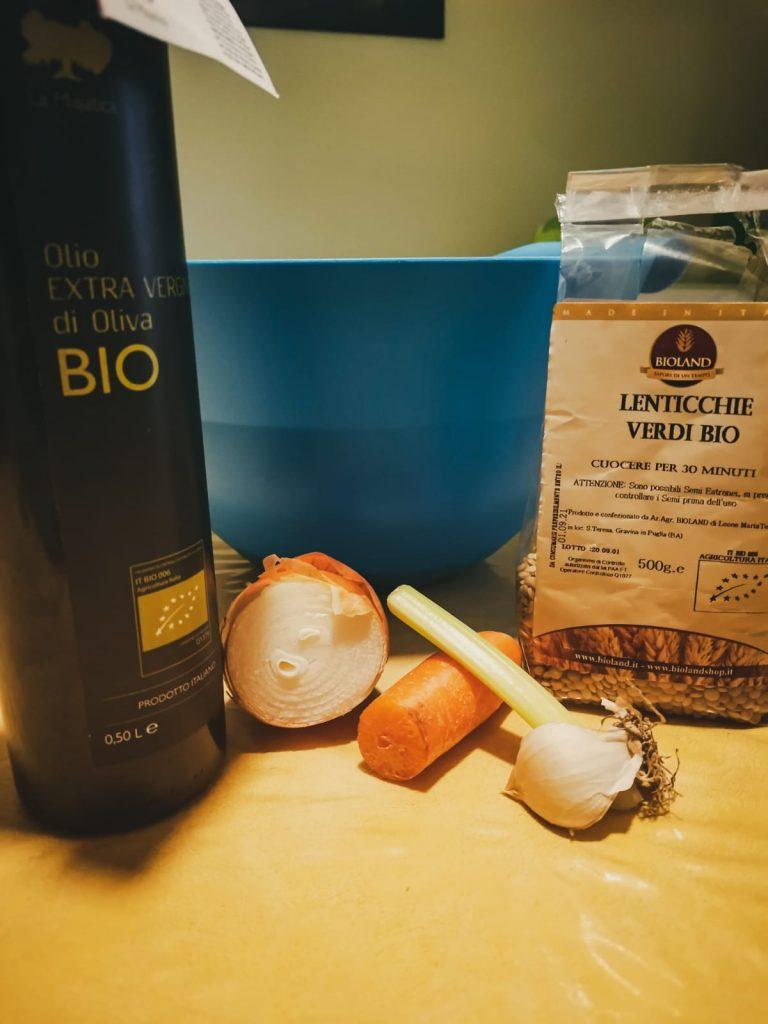 Ingredienti: olio EVO, lenticchie bio, aglio, mezza cipolla, costa di sedano, piccola carota