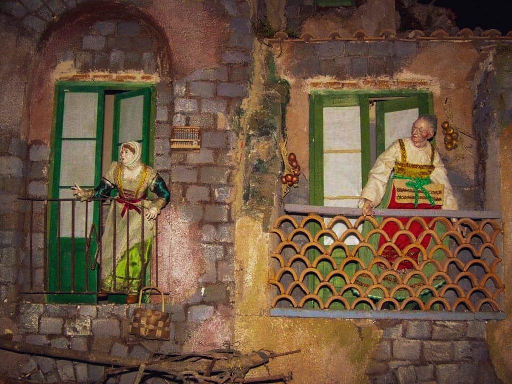 Statuine presepe napoletano al balcone: donne con cesti e vesti lunghe