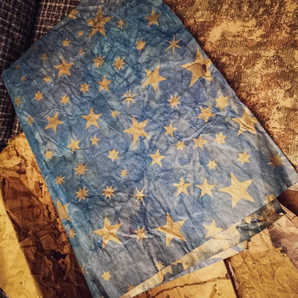 Come fare il presepe: carta stellata e carta roccia in quantità