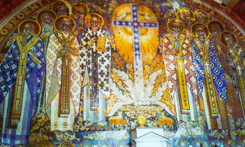 Affresco della cappella della Casa Rossa di Alberobello con croce e discepoli