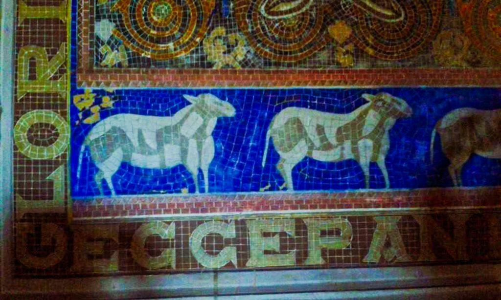 Mosaico con buoi inseriti in una cornice